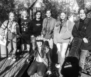 Bild på de sju ungdomarna i bandet.